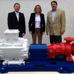 Johann Tremmel, Michaela Dickow, Ralph Schommer (all Dickow Pumpen, from left to right) and 200.000st pump before delivery.